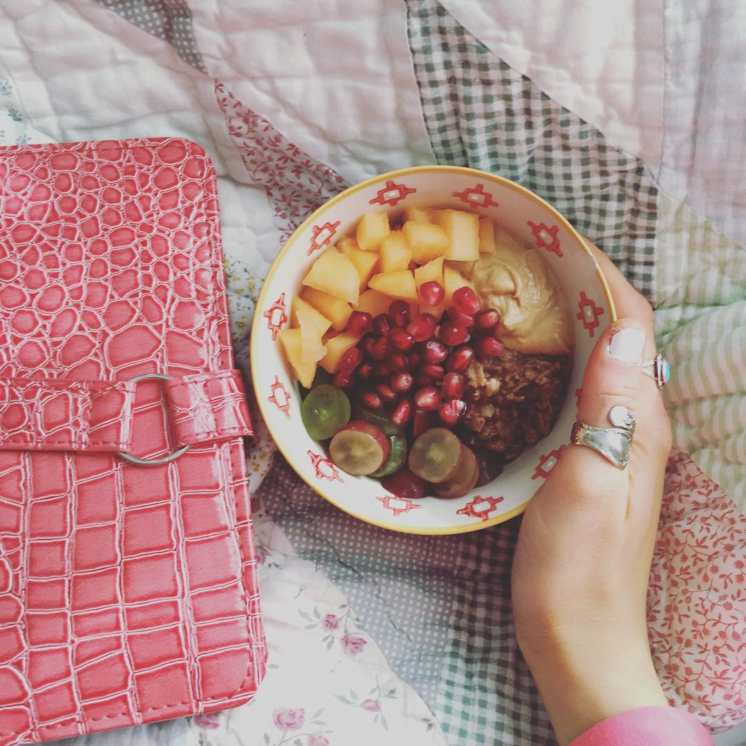 Because breakfast and bed are my two favorite things ❤️ Featuring some delicious stovetop oats with chopped apples, grapes, cantaloupe and (my new obsession!) pomegranate seeds!! so good! Oh, and PB2 for protein! #easyrecipe #plantsbased #plantsprotein #vegan #glutenfree #easyrecipe #stayinspired